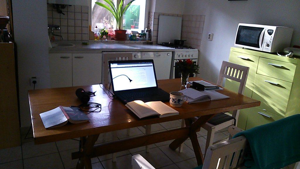 Arbeiten am Küchentisch in meiner Wohnung auf Zeit