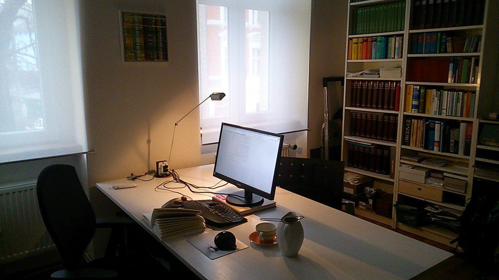 Arbeiten am heimischen Schreibtisch unter einem Bild von Friederike Graben
